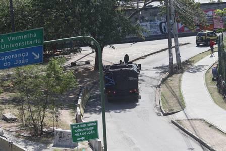 Um blindado se movimenta num acesso à Maré Foto: Fabiano Rocha / Extra