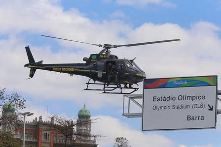 Um helicóiptero da FNS sobrevoa a Avenida BRasil, no trecho perto da Maré Foto: Fabiano Rocha / Extra