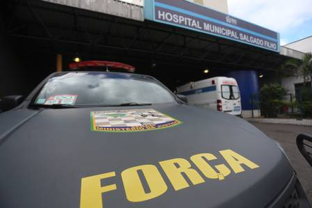 Um carro da FNS em frente ao hospital onde está o soldado Hélio Foto: Fabiano Rocha / Extra