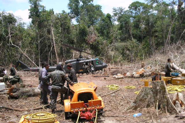 Militares trabalhando na mata na época do acidente