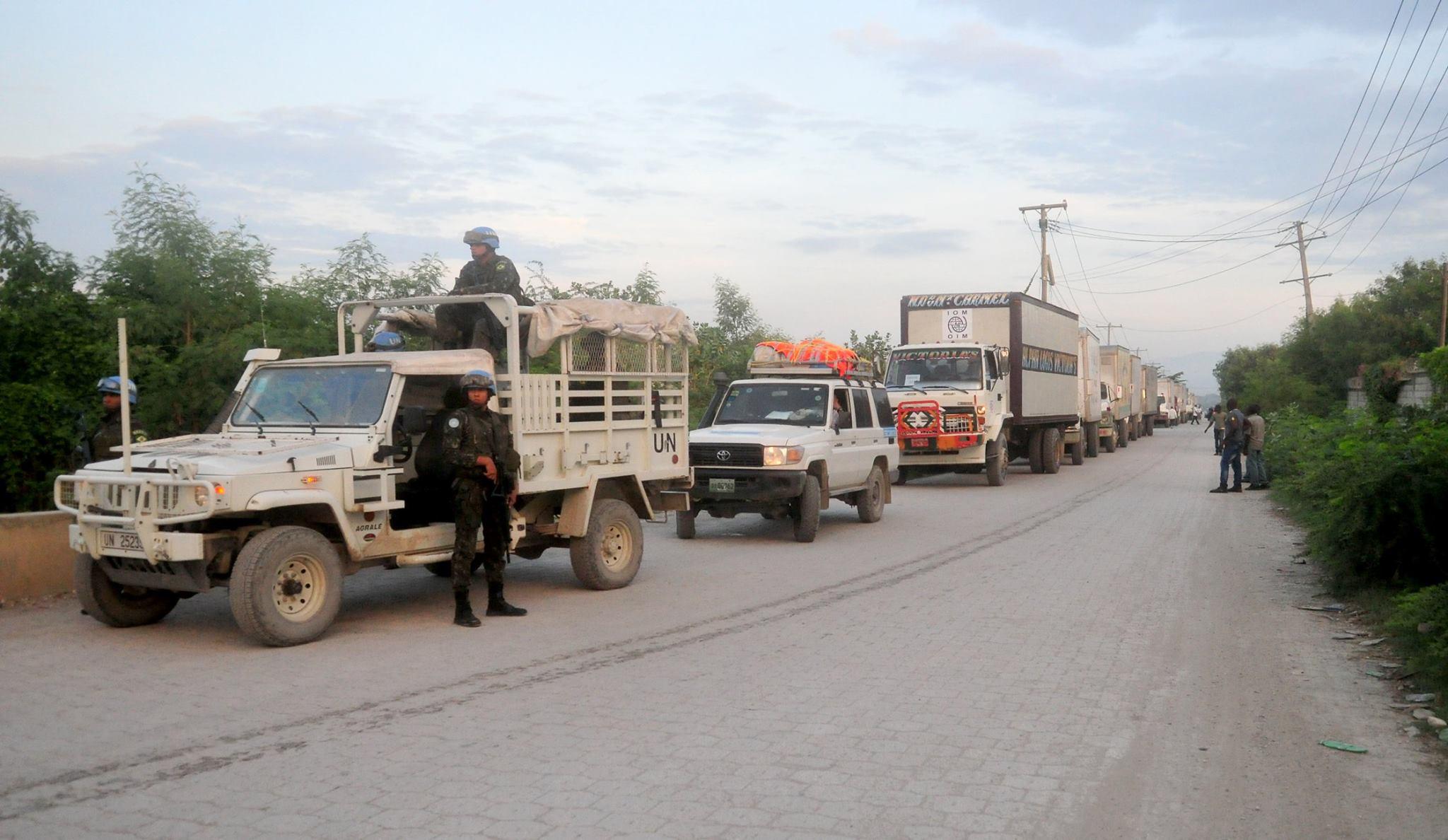 MINUSTAH: Brasileiros escoltam e garantem segurança do maior comboio de ajuda Humanitária do Haiti.