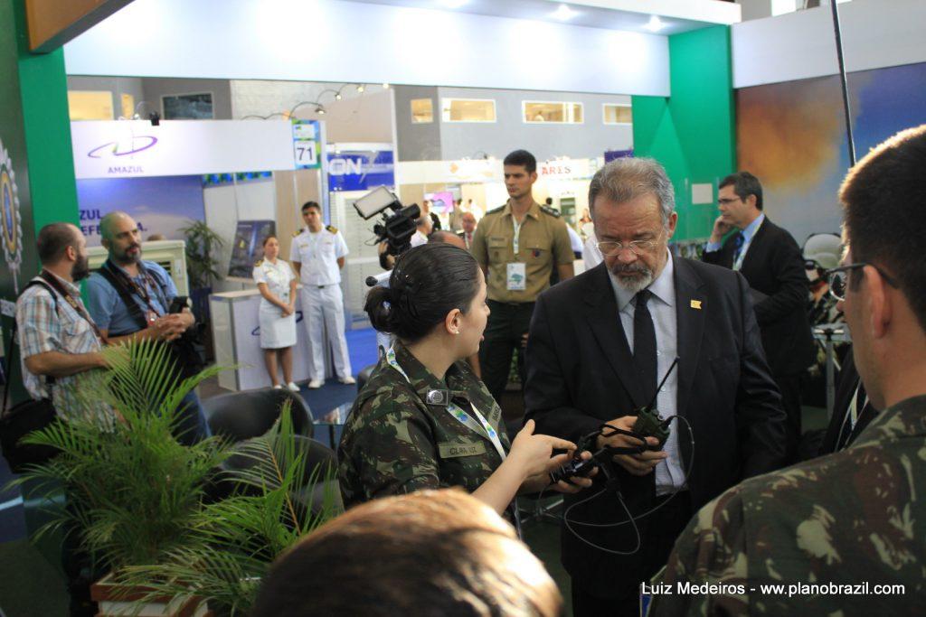 Ministro Jungmann em visita ao stand do Exército