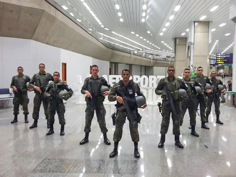 """FAB PÉ DE POEIRA: BINFA-14 """"Batalhão Bandeirante"""" homenageia militar que participou do Batalhão GLO da FAB durante a RIO 2016."""