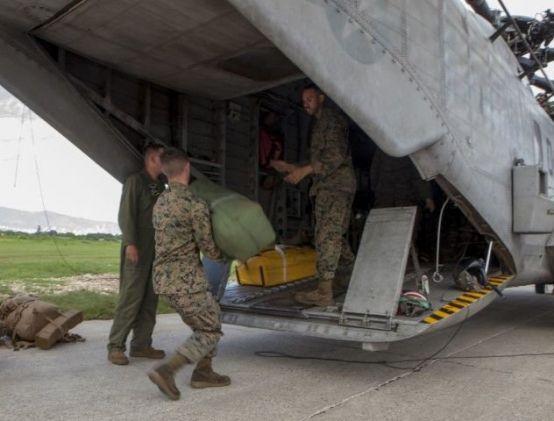 Membros da Força de Tarefa Ar-Terra de Propósito Especial dos Fuzileiros Navais - Comando Sul e outros militares do 228.º Regimento de Aviação do 1˚ Batalhão da Força-Tarefa Bravo desembarcaram dos helicópteros CH-53E Super Stallion, CH-47 Chinook e UH-60L Black Hawk em Porto Príncipe, capital do Haiti, dia 6 de outubro de 2016. Durante as operações de alívio às vítimas do furacão Matthew, estes helicópteros serão usados para transportar equipamentos e ajuda humanitária a áreas habitadas inacessíveis por terra devido aos danos causados pela catástrofe natural. (Foto: Copro de Fuzileiros Navais dos EUA)