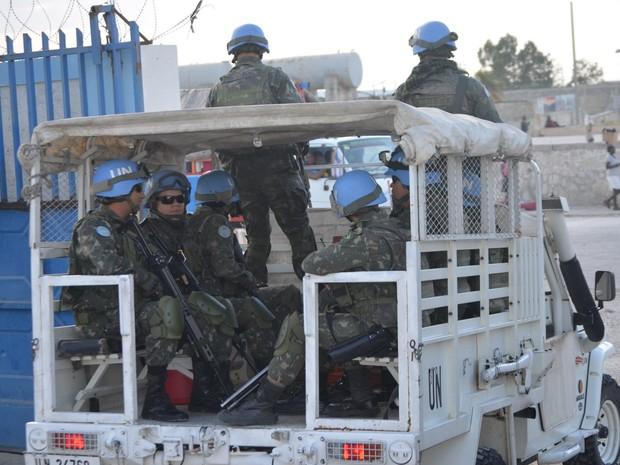 Militares do Brasil chegam à base do Exército em Porto Príncipe, no Haiti (Foto: Lana Torres / G1)