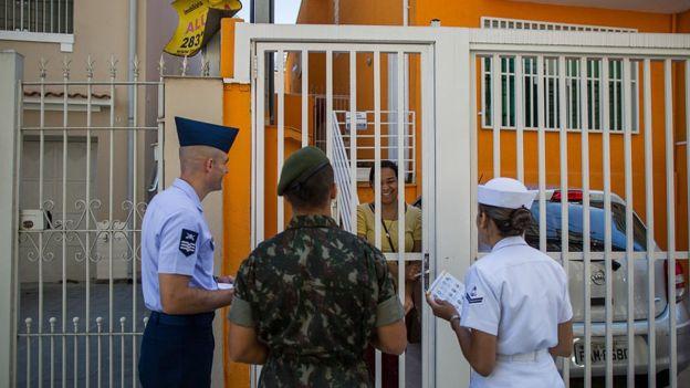 A Justiça Militar da União julga exclusivamente crimes que envolvem crimes e militares relacionados ao Exército, Marinha e Aeronáutica