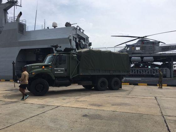 O 'ARC 7 de Agosto' foi carregado na Baía de Cartagena com 20 toneladas de ajuda humanitária que foram transportadas a esta cidade pela Força Aérea colombiana. (Foto: Ministério da Defesa da Colômbia)
