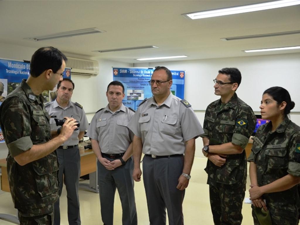 Comitiva chilena visita Centro Tecnológico do Exército, no Rio de Janeiro