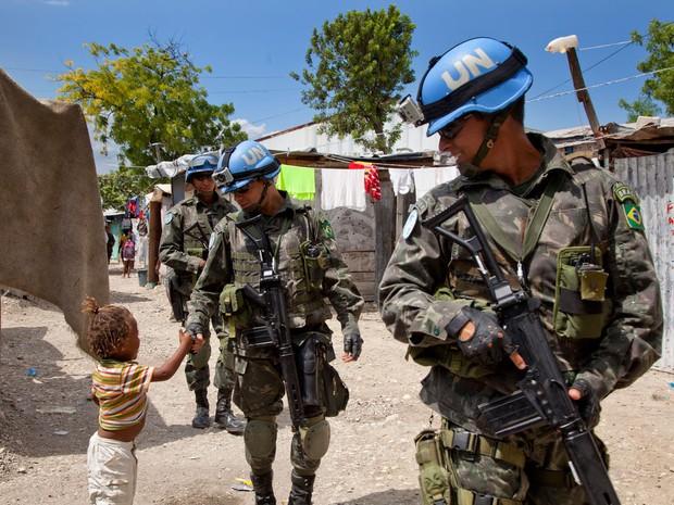 Militares brasileiros lideram missão de paz da ONU no Haiti desde 2004; morte de sargento nesta semana, em área atingida por terremoto, é a 21ª morte de um soldado brasileiro na operação militar (Foto: : Jesús Serrano Redondo/Minustah/ONU)