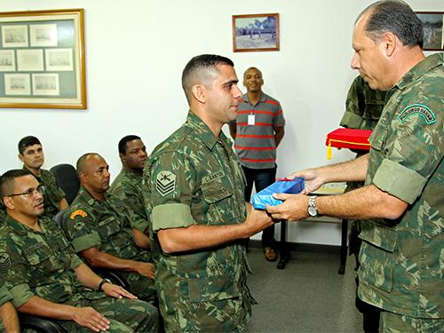 Sargento L. Santos, primeiro colocado do curso, recebe prêmio escolar