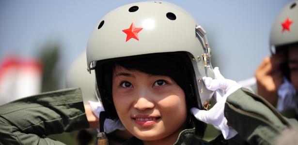 Uma das primeiras mulheres a pilotar caça na China morre em acidente aéreo