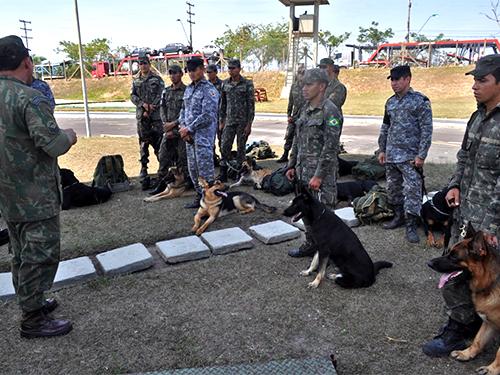 ADSUMUS: 1º Batalhão de Operações Ribeirinhas (1ºBtlOpRib) ministra técnicas de rappel com cães