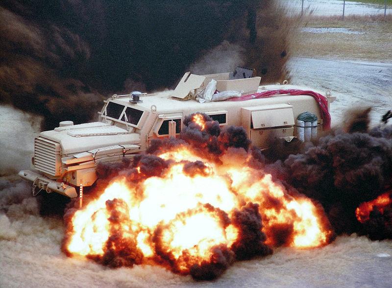 General Dynamics Cougar 6x6 durante testes de explosão de mina.