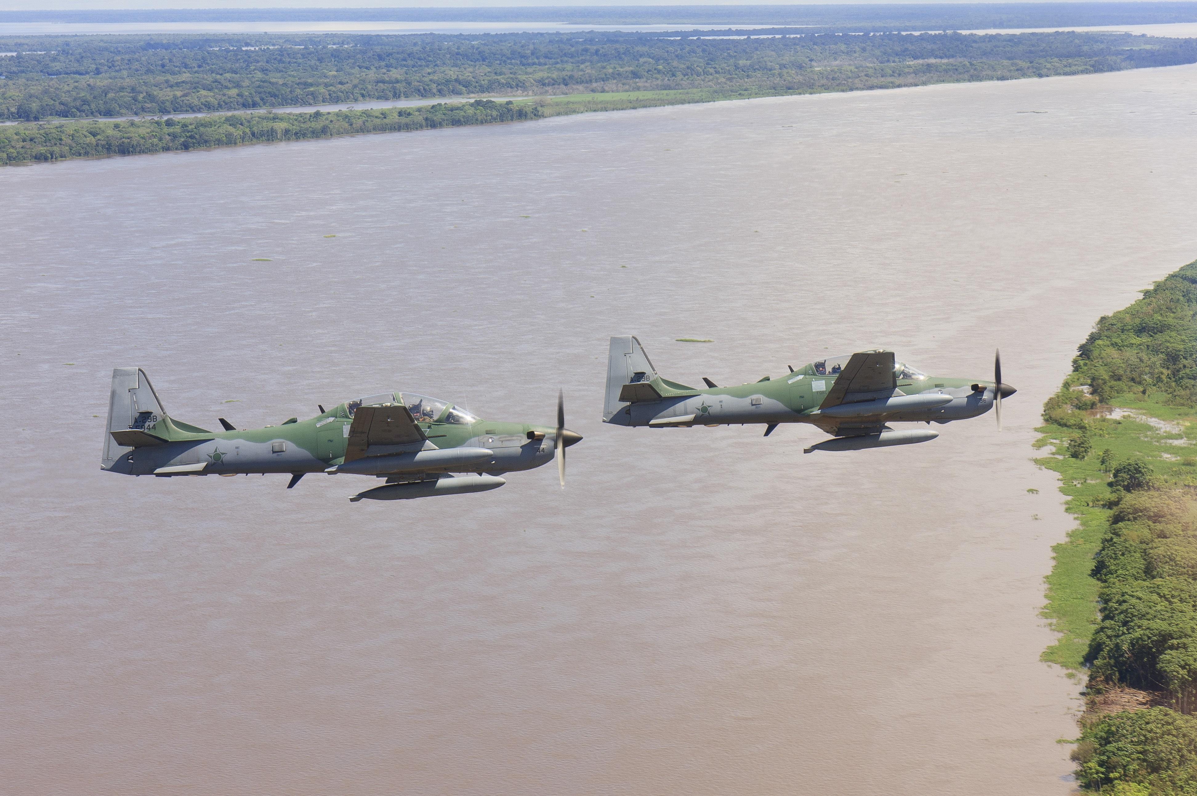 Aeronave A-29 Super Tucano em voo sobre a Floresta Amazônica.