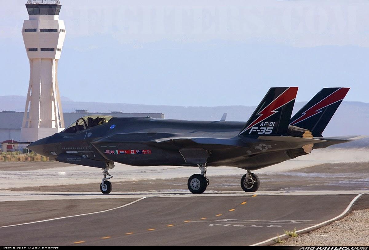 Acima: O primeiro protótipo do F-35A se mostra com importantes diferenças aerodinâmicas em relação ao modelo X-35 que concorreu no programa JSF.