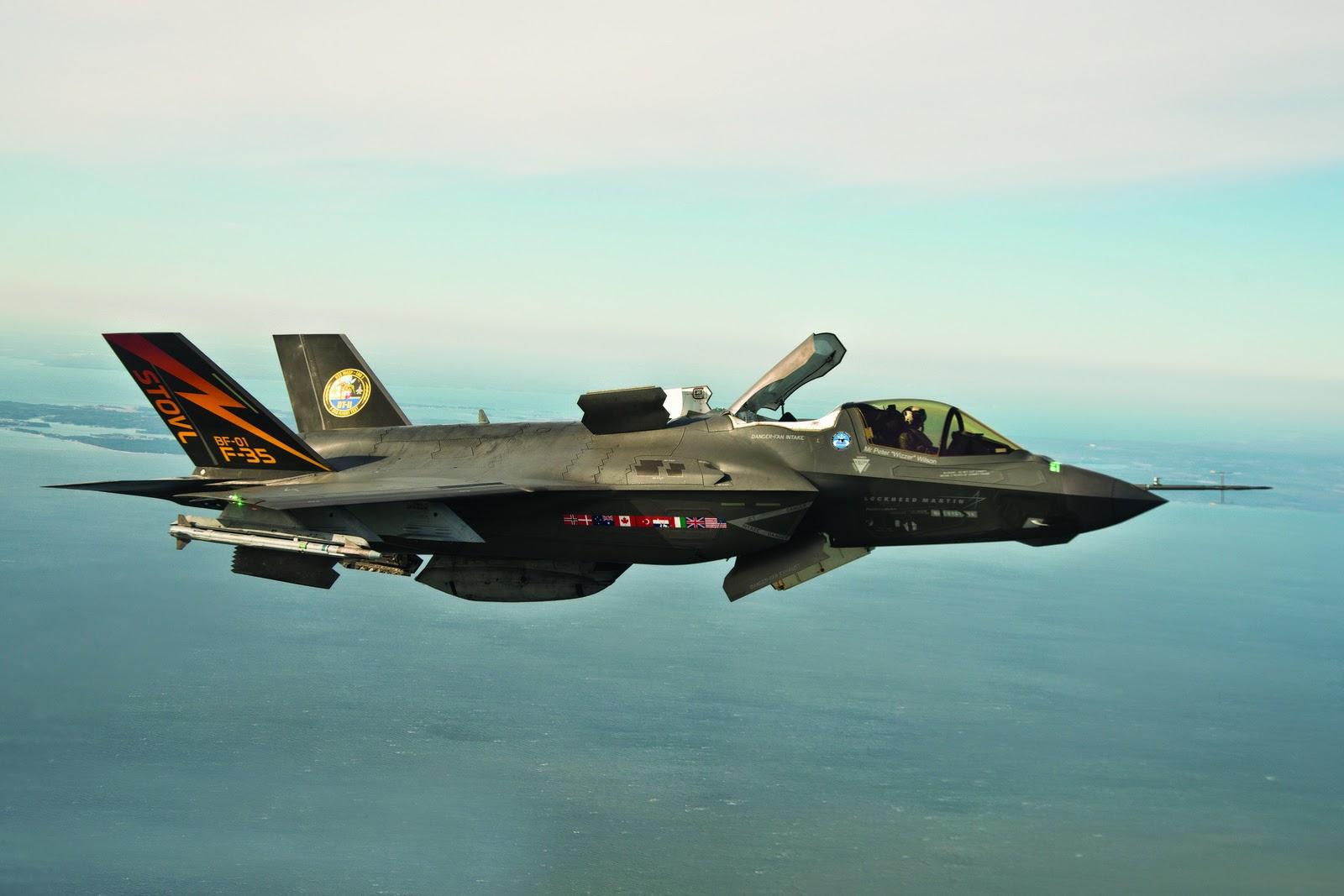 Acima:O modelo F-35B é a versão de decolagem curta e pouso vertical do F-35. nele, o motor principal gira o bocal de escape a 90º para baixo, enquanto que um pequeno turbofan montado atrás da cabine faz a sustentação da frente da aeronave nas decolagens e pousos.