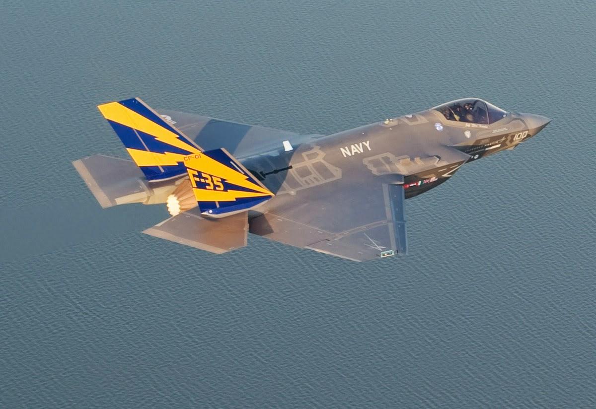 Acima: O F-35C possui asas e tailerons (profundores) de dimensões aumentadas para atingir os requisitos de velocidade de aproximação estipulados pela marinha norte americana.