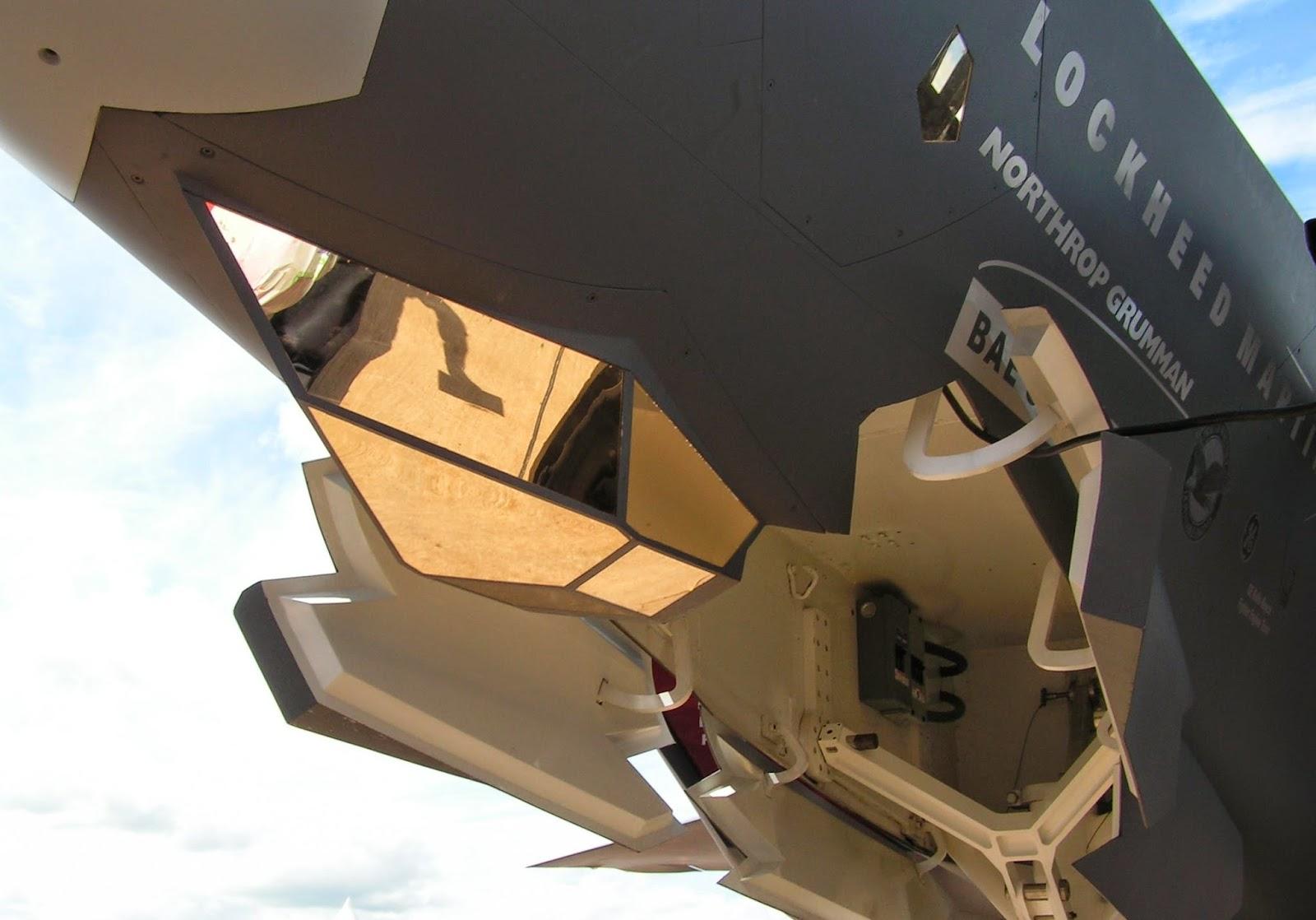 Acima: O sensor EOTS montado abaixo do nariz do F-35 traz para a fuselagem do avião um equipamento que antes só era usado pendurado em cabides externos.