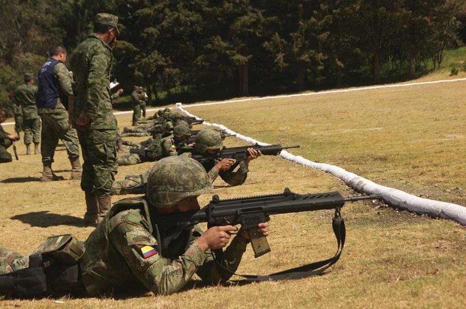 Acima: Soldados colombianos experimentam o FZ-05. Hoje só as forças armadas mexicanas usam este armamento.