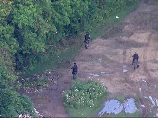 Policiais fazem operação na Cidade de Deus no dia seguinte à queda do helicóptero (Foto: Reprodução/TV Globo)