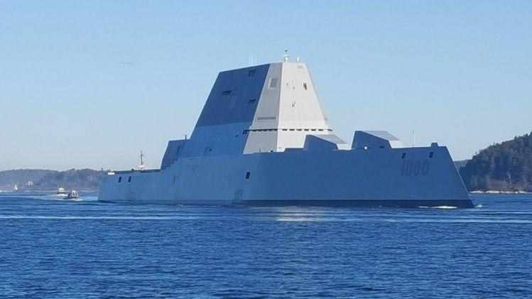 """USS """"Zumwalt"""" da  Marinha dos EUA visita o porto Colombiano de Cartagena"""