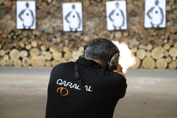 epresentante da Caracal faz apresentação de armamento no estande de tiros da ESPC