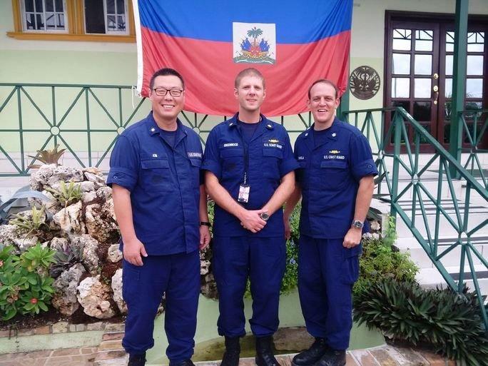 Da esquerda para a direita: CF Ted Kim, CC Jeremy Greenwood, CF Timothy Sommella. (Foto: Guarda Costeira dos EUA)