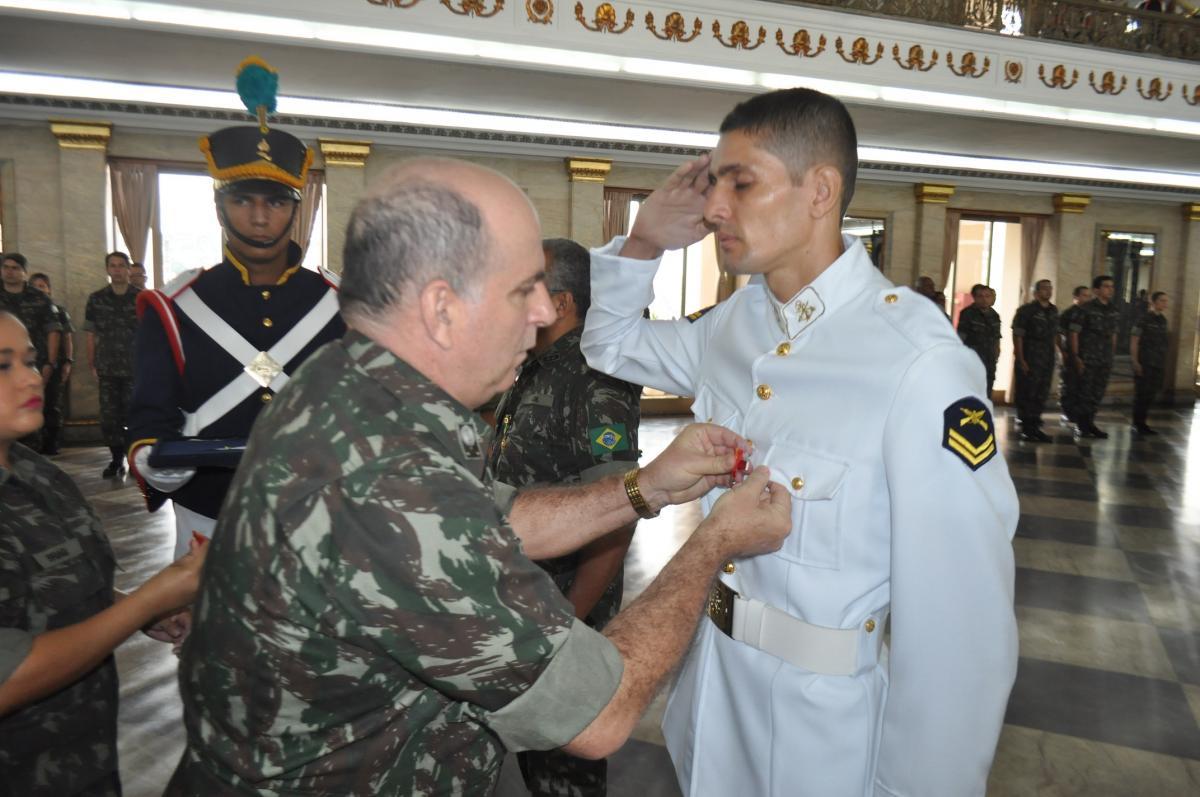 Cabo (FN-IF) Edivaldo Hungaro recebendo a medalha