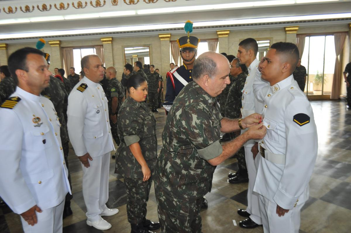 Soldado (FN) Luiz Romário Anacleto de Araújo recebendo a medalha
