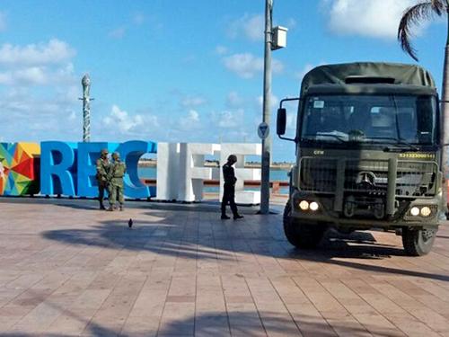 Fuzileiros Navais reforçam segurança em pontos turísticos no Recife