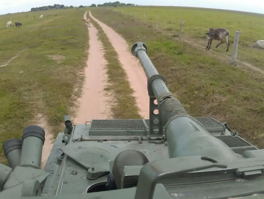 Tanques na fronteira! Em resposta à aproximação do governo de Bogotá com a Otan, o Exército venezuelano faz seus tanques desfilarem na divisa com a Colômbia (veja as fotos)