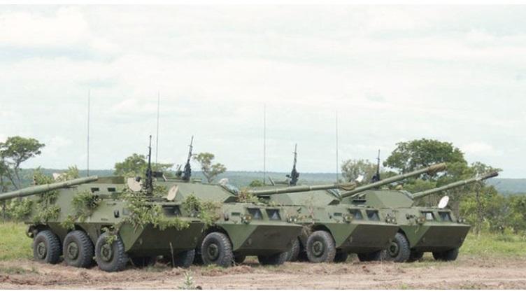 Mais uma chance perdida pela Família Guarani! Exército angolano realiza grande exercício militar para apresentar seus novos blindados de origem chinesa