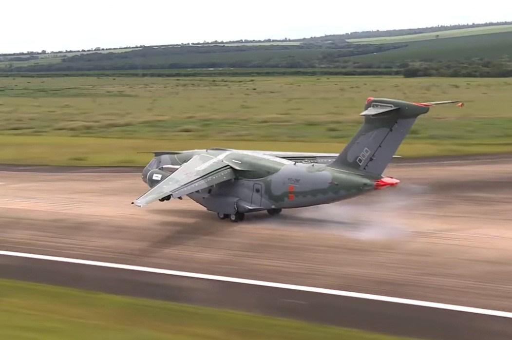 Hora de 'caranguejar'! KC-390 decola amanhã para uma semana de pousos e decolagens com ventos cruzados no extremo sul do Chile!