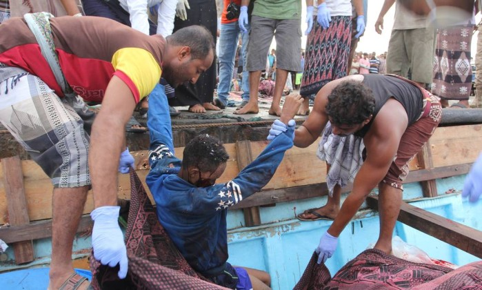 Helicóptero ataca barco e mata 42 refugiados somalis