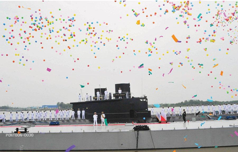 GALERIA: Veja as fotos da incorporação de dois submarinos chineses Ming (usados) pela Marinha de Bangladesh; 'festa colorida' teve até o chefe da Marinha indiana
