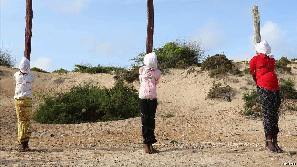 Fuzilamento! Veja as imagens da execução de quatro militantes do grupo 'Al-Shabaab', sentenciados pela Corte Militar da Somália