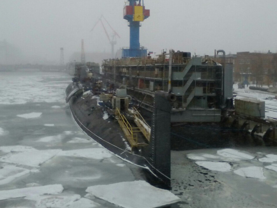 GALERIA: Especialistas ocidentais analisam porta lateral no casco de submarino russo do Projeto 885M (classe Severodvinsk Modernizada); para quê ela serve?