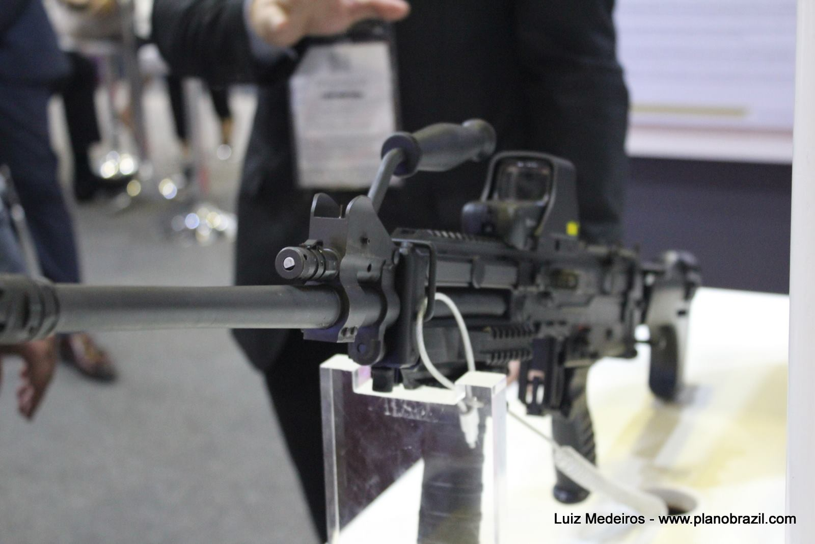 LAAD 2017: Singapore Technologies Kinetics Ltd  apresenta metralhadora leve ULTIMAX 100 Mk
