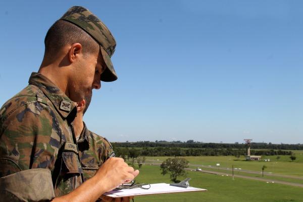 FAB PÉ DE POEIRA: Primeira Brigada de Defesa Antiaérea orienta cadetes de Infantaria na AFA