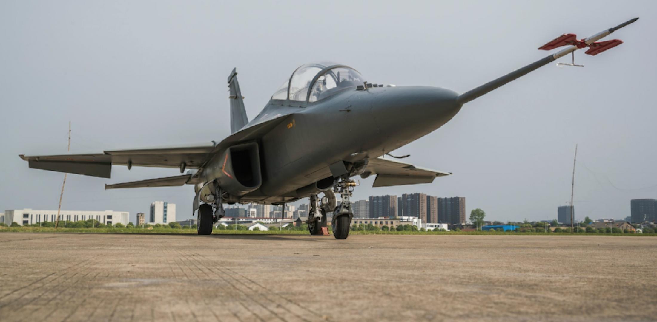 Mais um 'combatente' chinês para o 3º Mundo: veja as imagens do 'roll out' festivo organizado pela Hongdu Aircraft para apresentar o jato leve de ataque L-15B