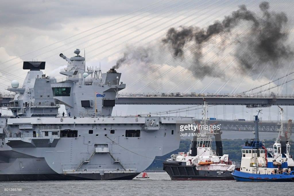 "Humor: ""Smoke on the water"" ...  e é o HMS Queen Elizabeth"