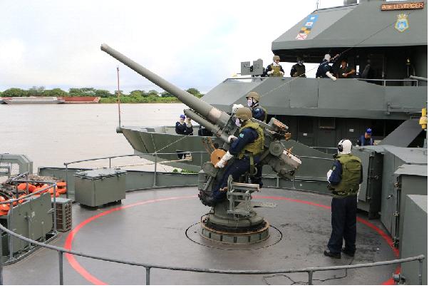 """A Marinha longe do mar! Flotilha de Mato Grosso mobilizou seis navios para exercício fluvial que teve caças AF-1 cumprindo """"missões de ataque"""" (veja as imagens)"""