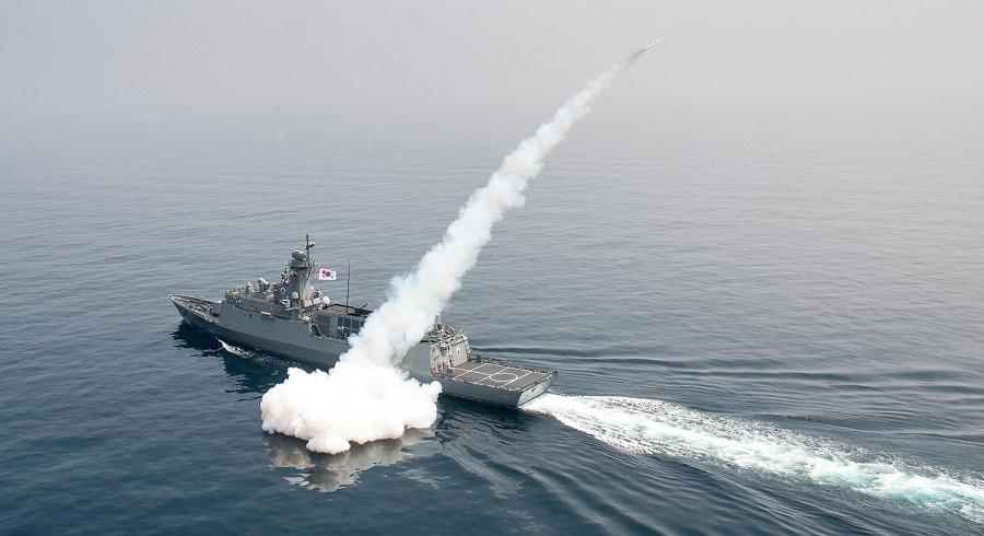 NAVIOS ASIÁTICOS: Barcos sul-coreanos monitorados pelo setor de material da MB (para uma eventual compra de oportunidade) disparam mísseis superfície-superfície no Mar do Japão