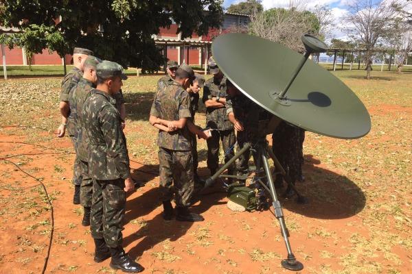 FAB PÉ DE POEIRA:  Primeiro Grupo de Defesa Antiaérea (Grupo Laçador) recebe instrução sobre Guerra Eletrônica