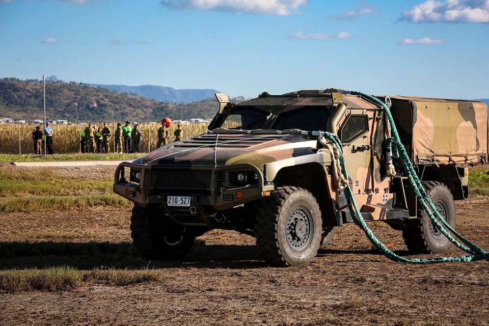 Veículo Australiano Hawkei PMV passa por testes com o helicóptero CH-47F Chinook.