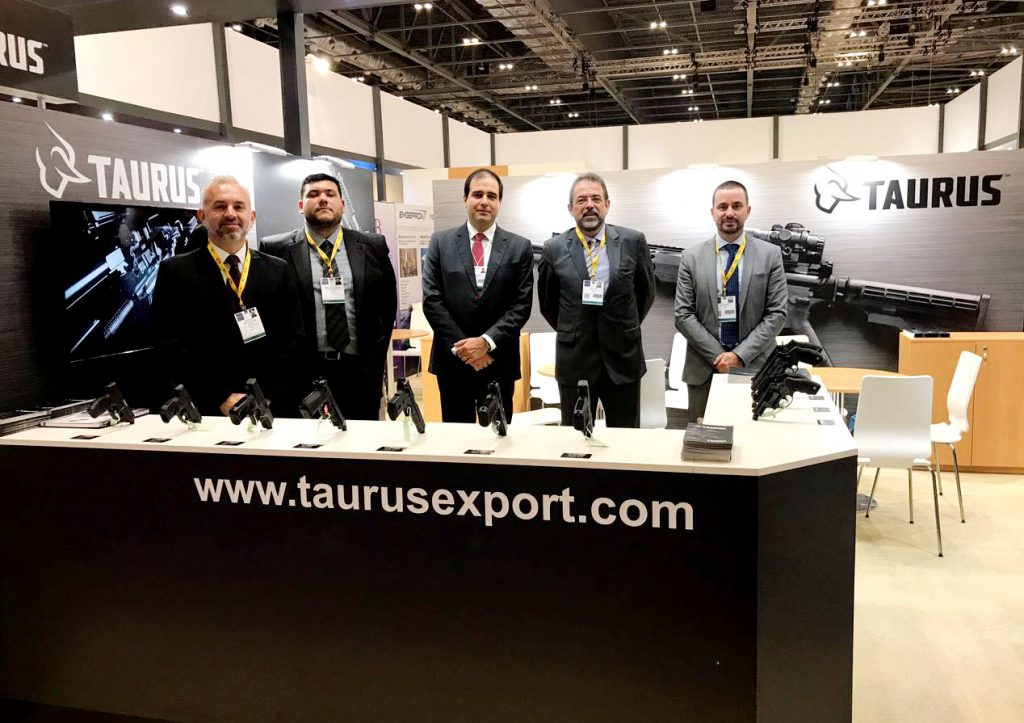 Taurus marca presença em feira internacional na Inglaterra