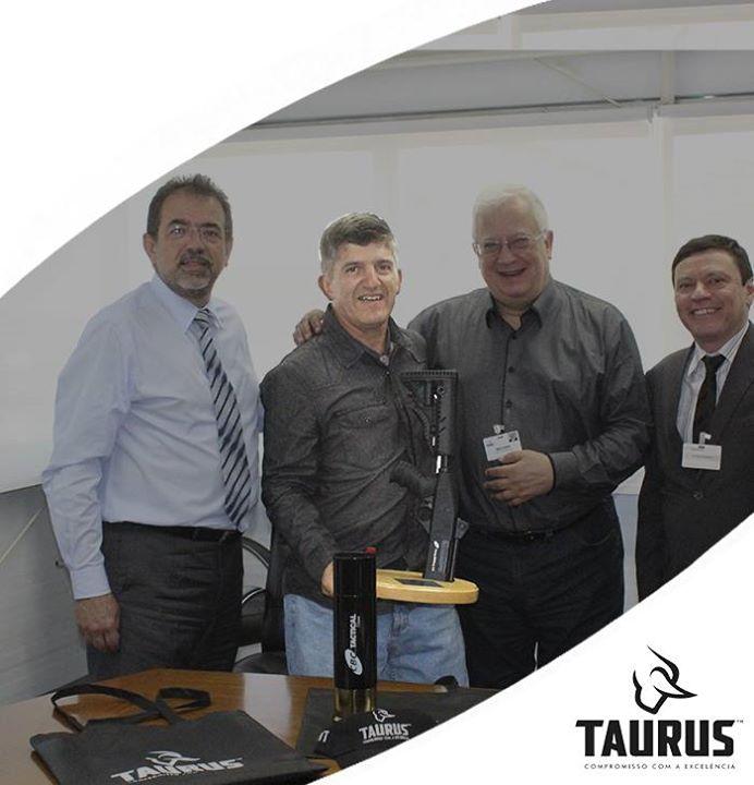 FAB PÉ DE POEIRA:  Sub Oficial Brum  campeão brasileiro de Tiro na competição entre as Forças Armadas, visita a fabrica da Taurus em  São Leopoldo (RS)