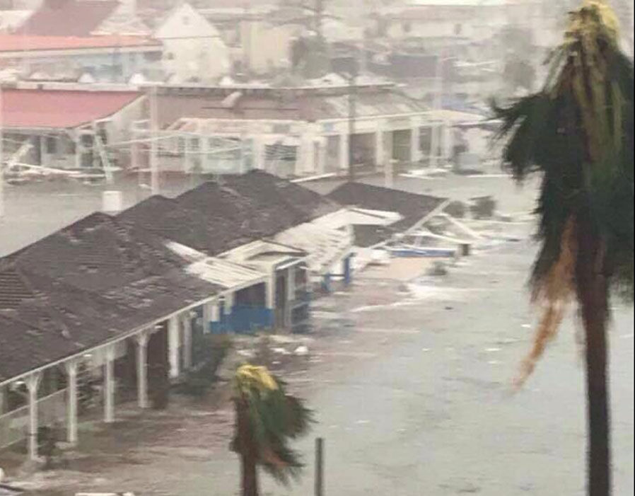 Atenção ministro Raul Jungmann! Porta-helicópteros britânico oferecido à Marinha do Brasil mostra, no Caribe, sua vocação para socorrer as vítimas de desastres naturais!