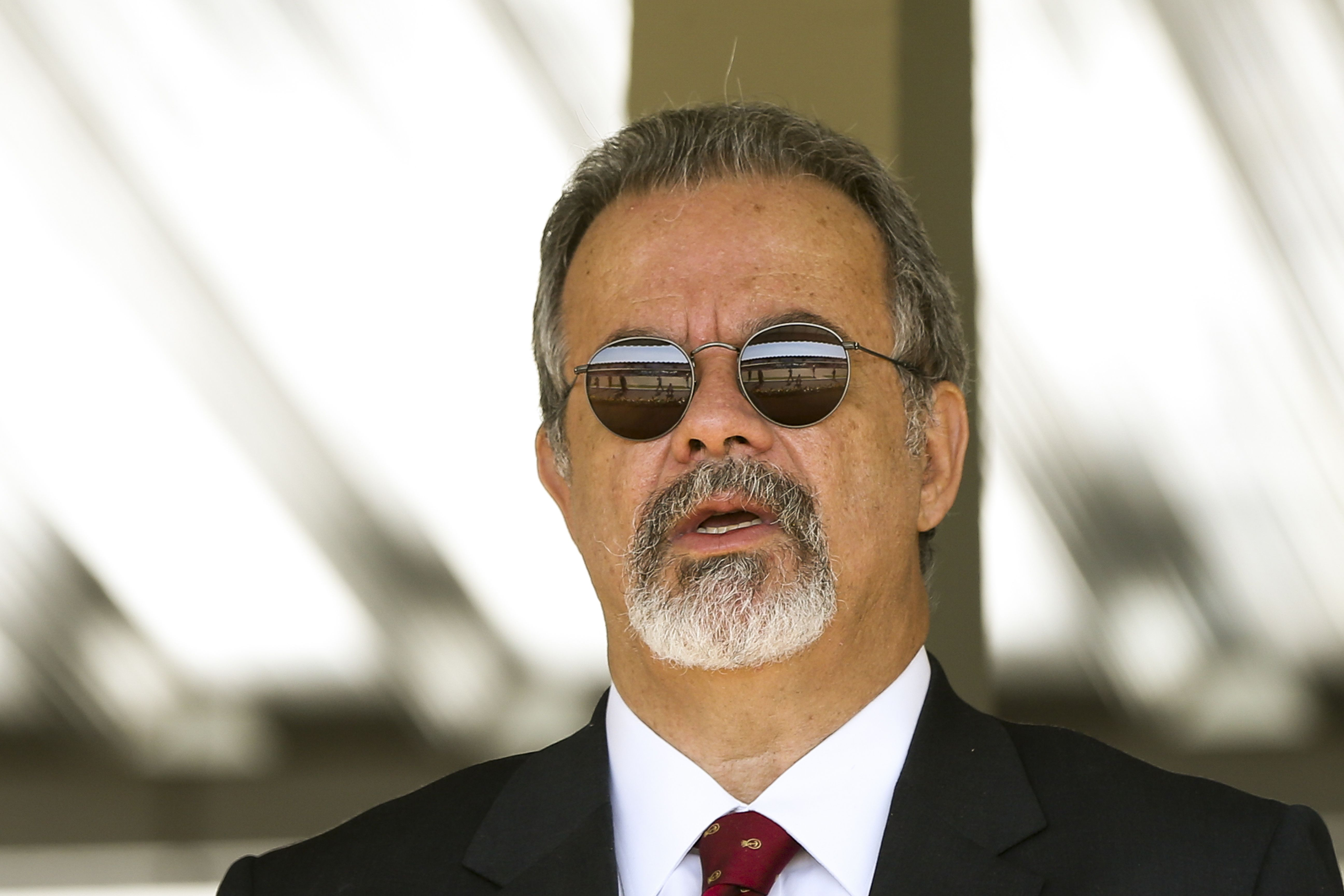 LEITURA DE SÁBADO: Jungmann é um desastre para a Marinha! Com ministro da Defesa alheio ao esforço da MB para obter o 'Ocean', Leal Ferreira descontinua as inspeções no porta-helicópteros britânico