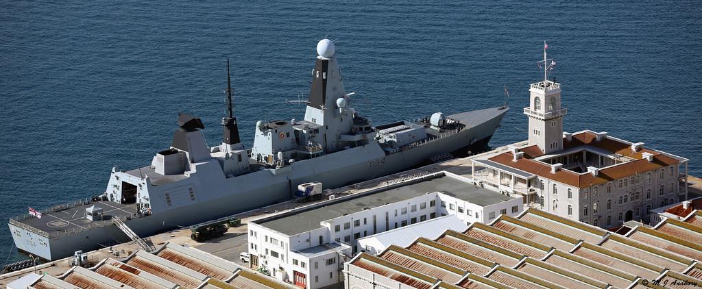 Londres substitui o HMS 'Ocean' no grupamento de patrulha do Mediterrâneo, e determina que ele participe da reconstrução das áreas devastadas pelo furacão 'Irma' no Caribe